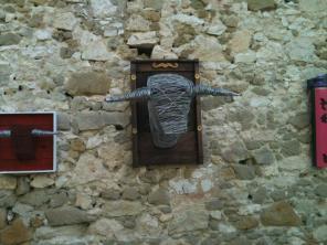 Têtes de Toros (structure fer, fil de fer anodisé, bois, peinture)