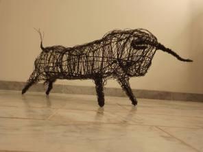Petit Toro (fer, fil de fer anodisé, peinture)