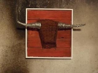 Tête de Toro (fil de fer anodisé, bois, peinture)